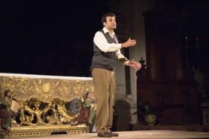 12-01-2018_lattore-luigi-delia-in-una-scena-dello-spettacolo-teatrale-su-don-milani